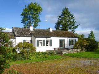 VIDEOMARE COTTAGE, country holiday cottage, with a garden in Oughterard, County Galway, Ref 4657 - Oughterard vacation rentals