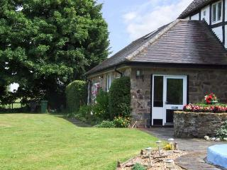 THE OLD FARMHOUSE COTTAGE, romantic, country holiday cottage, with pool in Button Bridge, Ref 8486, Bewdley