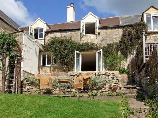 GLEN VIEW COTTAGE, pet friendly, character holiday cottage, with a garden in Swells Hill, Ref 6435, Nailsworth