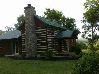 ROMANTIC / LUXURY 1850's Massanutten Springs Cabin, Luray