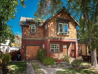 Really a great new home - two blocks from core downtown - who needs the car!!, Bend