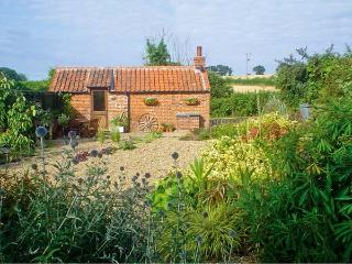 THE RETREAT, romantic, country holiday cottage, with open fire in Oulton, Ref 7493