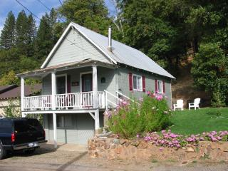 Enjoy Sierra's Cozy Main Street Cottage, Greenville