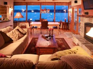 Beach Hideaway - Waterfront Beach Home, Freeland