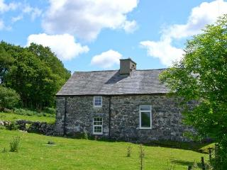 TY CAPEL JERIWSALEM, family friendly, character holiday cottage, with open fire in Trawsfynydd, Ref 6092