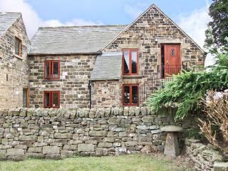 PHOENIX LOFT, pet friendly, country holiday cottage, with a garden in Dronfield, Ref 6952