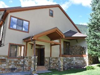 Enjoy the snow! Spacious 4 bedroom + Den Townhome close to Vail Village