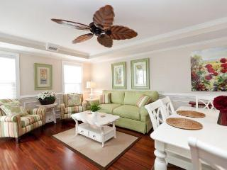 Designer decorated 3 bd great location beach/pool, Tybee Island