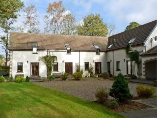 STEADING 4 BALVATIN COTTAGES, family friendly, country holiday cottage, with a garden in Newtonmore, Ref 10525