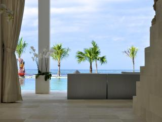 Lounge with view over infinity pool