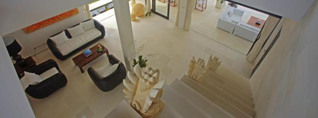 Its high ceiling makes the villa lounge the ideal venue to escape from the lingering tropical heat