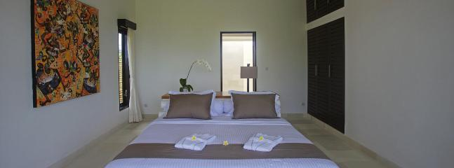Villa Bossi at Banjar offers 4 spacious, air-conditioned rooms that look out over the luscious garden and Bali Sea