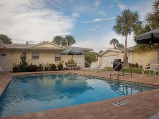 Steps to Siesta Key Beach...2 bedroom & pool!, Sarasota