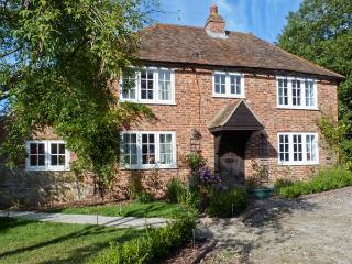 SHEPHERD'S FARM HOUSE, family friendly, character holiday cottage, with a garden in Lenham Heath, Ref 7364, Ashford