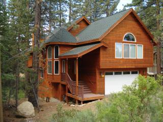 Great Chalet Getaway! 4 Bedroom, hot tub, pool table, BBQ, South Lake Tahoe