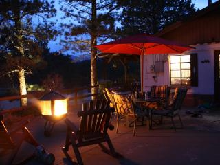 Historic, Romantic In-Town CABIN. HOT TUB under the STARS! MtnViews, Walk to Shops Very Private! Close to Everything!, Estes Park