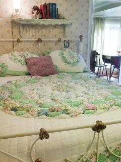 Hollyhock bedroom, heavenly bed