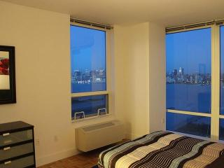 2 Bedroom Suite Facing New York City!!, Jersey City