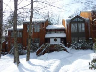 3BR, Wifi, located inside the Big Boulder Complex, Lake Harmony