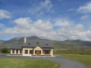 Bright, modern house on the Dingle Peninsula. Wifi