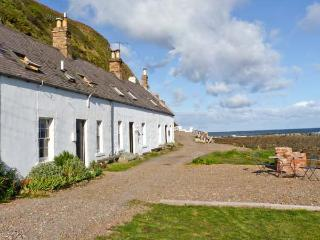 SHORESIDE COTTAGE, family friendly, character holiday cottage, with open fire in Burnmouth, Ref 11232, Eyemouth