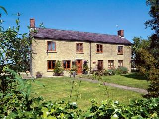 PARK FARM COTTAGE, pet friendly, character holiday cottage, with a garden in Garsdon, Ref 12186, Malmesbury