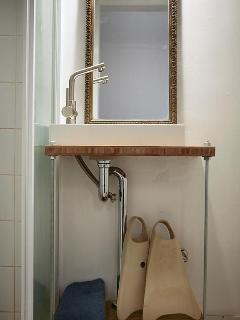 hello yello - Bathroom with flipper set ready for action