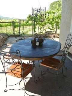 Outdoor dining for 6 next to the vineyard.