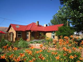Moosewood Cottage.  Colorful 3BR/2BA In-Town House, Moab