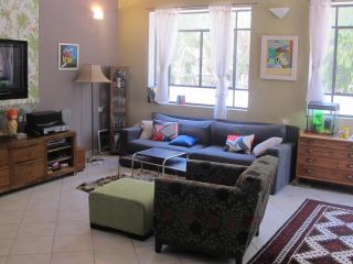 great cosy apartment minutes walk from the beach, Herzlia
