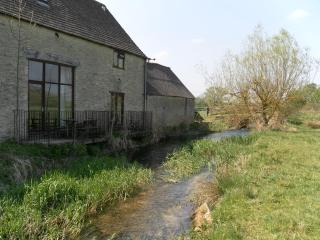 Thames Cottage Sleeps 7, Cirencester