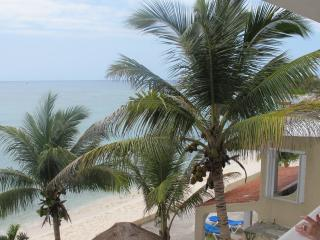 Beautiful Oceanfront Condo in Half Moon Bay!, Akumal