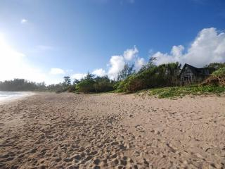 Malaekahana Beachfront Estate: 1.5 Acres w Hot Tub, Kahuku