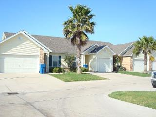 Cute 2 bedroom 2 bath townhouse just a few minutes to the beach!, Port Aransas