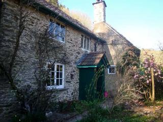 BURY CLEAVE COTTAGE, charming cottage, with two bedrooms, woodburner, and enclosed courtyard, in Bury hamlet, Ref 14368, Dulverton