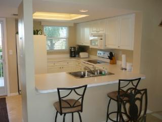 Great Condo -1 block to the beach-mini golf-movies and more !, Marco Island