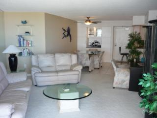Trendy Beachfront Condo with relaxing Gulf views from the balcony, Marco Island