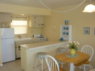 Light and Bright decor-comfy and cozy-close to shopping and entertainment, Marco Island