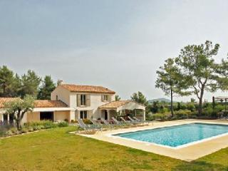 Quiet newly built Villa La Pinede with private heated pool, garden & outdoor entertainment areas, Eygalieres