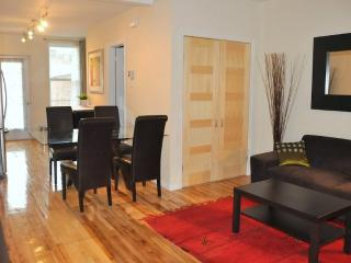 CHIC apartment close to metro: PARKING & BACKYARD, Montreal