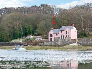 GOLDFINCH, waterside property, luxury accommodation, en-suites and patio, Ref 14394, Milford Haven