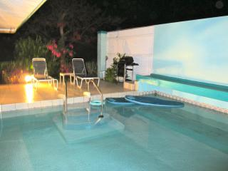 Private Pool Beach Cottage. Bus route. Walk 2 beac, Red Hook