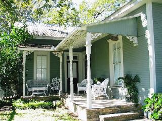 STADT PLATZ  NB Historic District- Sleep 18, New Braunfels