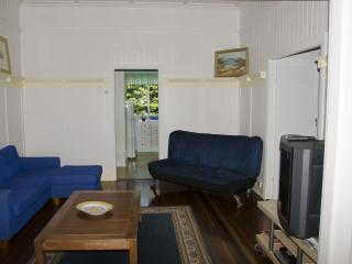 3 bedroom close to shops & 4 km to Brisbane city