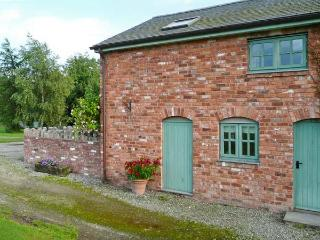 LLYN CLWYD, woodburning stove, WiFi, shared use of outdoor swimming pool, in Bodfari, Ref 14074