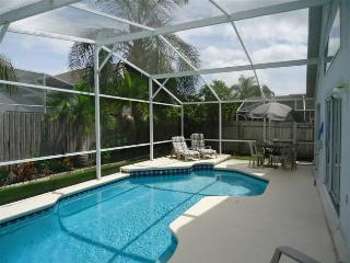 Perfect 5BR 3BA Pool Villa, tropical garden and fenced for your privacy, Kissimmee