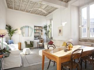 A bright and charming apartment in the heart of the historic district, Rome
