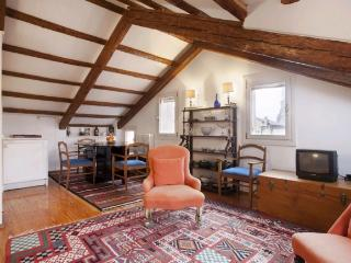 A charming apartment with a small terrace and a beautiful view of Venice's skyline and the Frari church, Veneza