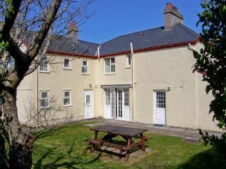 GWELFOR, overlooking golf course, close to beach, large gardens, two sitting rooms in Morfa Bychan, Ref 15298