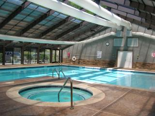 Grand Oaks RQ3 -  level entry, access to pools, Banner Elk